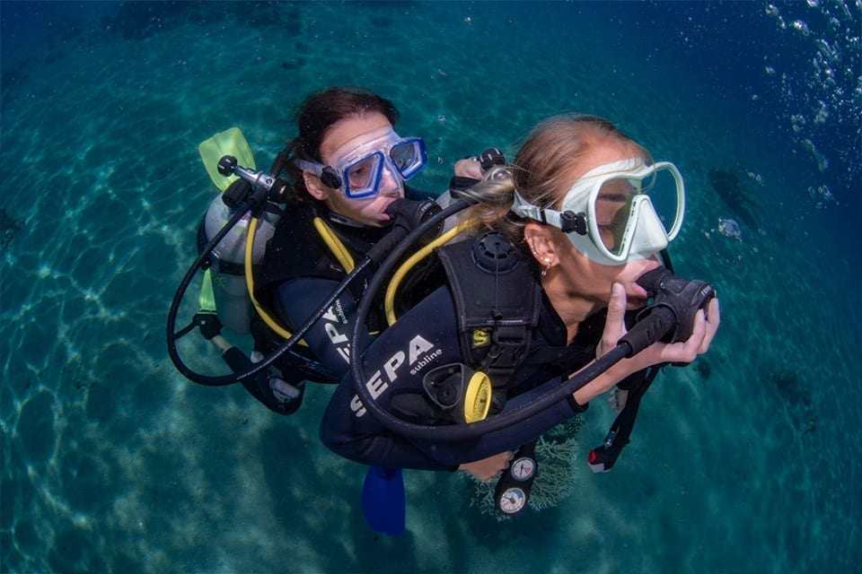 שתי צוללות בתרגול הצלה מתחת למים